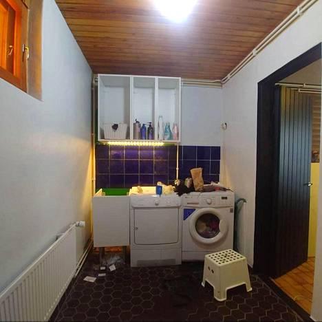 Reetta maalasi kylpyhuoneen kahteen otteeseen. Lopputulos on vaalean harmaa, liki valkoinen.
