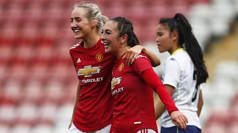Manchester Unitedin Millie Turner (vas.) ja Katie Zelem juhlivat maalia Aston Villaa vastaan viime maaliskuussa. Nyt ManUn varustetoimittaja Adidas sotki Millien ja ManUn entisen pelaajan Amy Turnerin.