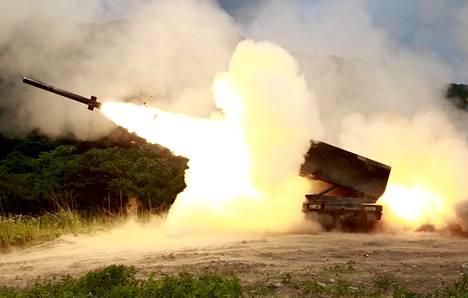 Raskas MRLS raketinheitin tulitoiminnassa. Heittimeen asejärjestelmät mahdollistavat satojen kilometrien päässä olevien maalien tulittamisen.