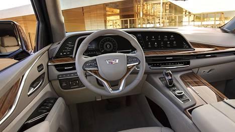 Uuden Cadillac Escaladen kaareva näyttökokonaisuus kattaa kolme osaa: 7,2-tuumainen kuljettajan infonäyttö, 14,2-tuumainen mittaristo ohjauspyörän takana ja 16,9-tuumainen tietoviihdenäyttö.