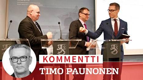 Pääministeri Juha Sipilän (kesk) hallituksen trio, Jari Lindström (ps), Sipilä ja Alexander Stubb (kok), onnitteli toisiaan kuuluisalla nyrkkitervehdyksellä kilpailukykysopimuksen läpimenosta maaliskuussa 2016.
