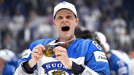Harri Pesonen pääsi juhlimaan jääkiekon maailmanmestaruutta keväällä 2019.