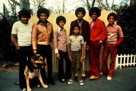 Isä poseerasi poikiensa kanssa näiden ollessa nuoria. Kuvassa vasemmalta Tito, Joe, Michael, Randy, Jackie, Jermaine ja Marlon Jackson.