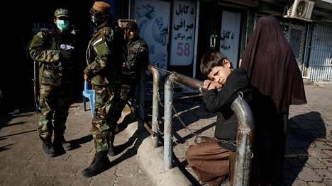 Talebanin sotilaat vartioivat turvallisuutta Kabulin kaduilla.