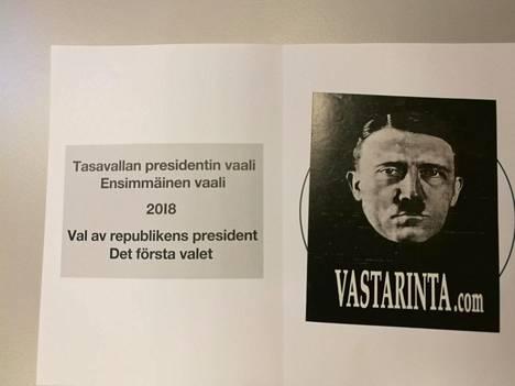Useissa vaalilipukkeissa oli liimattuna Adolf Hitlerin kuva.