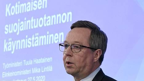 Elinkeinoministeri Mika Lintilän (kesk) mukaan kymmenet yritykset halusivat lähteä valmistamaan maskeja työ- ja elinkeinoministeriön vetämässä hankkeessa. Jäljelle jäi EK:n haarukoinnin ja VTT:n pisteytyksen jälkeen 5–6 yritystä.