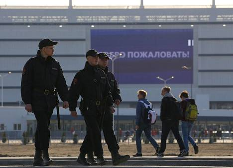 Poliisit kävelivät stadionin edustalla. Turvatoimet ovat MM-kisoissakin massiiviset.