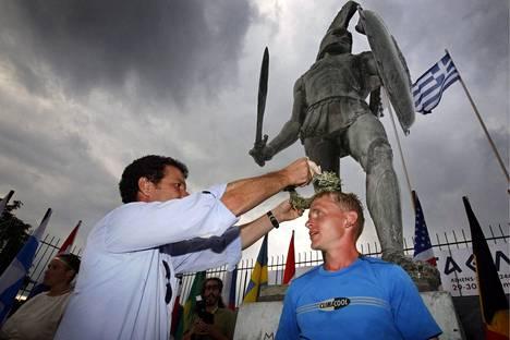 Pasi Kurkilahti sai seppeleen päähänsä Leonidaksen patsaan juurella vuonna 2006.