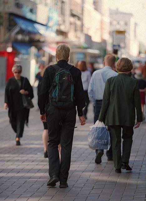 Suomalaiset tuntuvat pitävän tummista vaatteista kaikkina vuodenajasta riippumatta.
