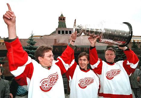 Igor Larionov (vas.), Vjatsheslav Kozlov ja Vjatsheslav Fetisov voittivat Stanley Cupin Detroit Red Wingsin väreissä vuonna 1997. Kolmikko juhlisti saavutusta elokuussa 1997 Moskovassa.