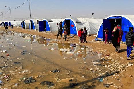 Mosulin taisteluita paenneita siviilejä on majoitettu telttaleireihin.