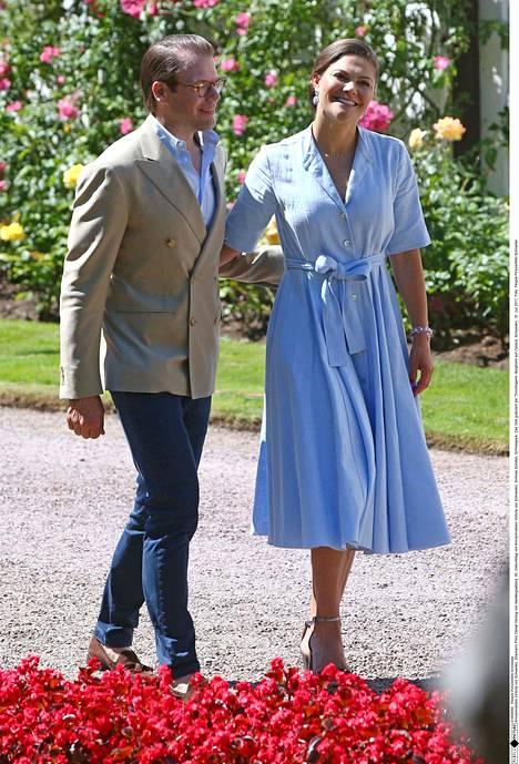 Victoria näyttäytyi viikonloppuna Sollidenissa aviomiehensä prinssi Danielin käsipuolessa kevyen raikkaassa vaaleansinisessä mekossa.