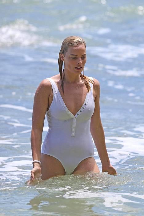 Margot Robbie joutui paparazzien kuvaamaksi Havaijilla.