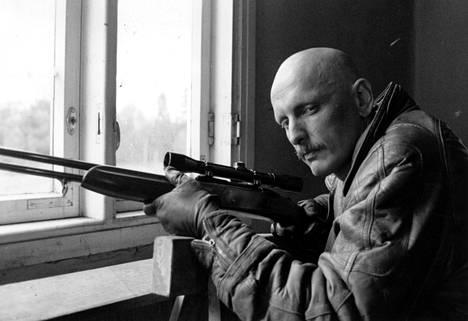 Matti Kassilan elokuvassa Jäähyväiset presidentille 1987 Hannu Lauri teki vahvan roolin murhaajana. Siitä hän sai Jussi-palkinnon.