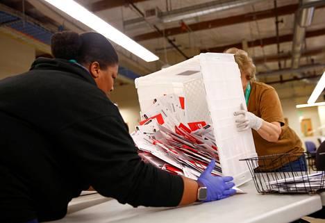 Postiäänestys on vakituinen käytäntö joissakin osavaltioissa, joissa äänestys onnistuu ainoastaan kirjeitse.