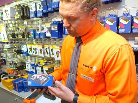 Expertin Petri Jantunen esitteli kännyköitä joulukuussa 2012.