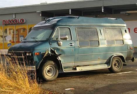 Chevrolet Van vaurioitui etuosastaan.
