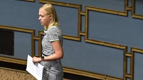 Kokoomuksen kansanedustaja Elina Lepomäki ehdottaa ansiosidonnaisen ulottamista kaikille Helsingin Sanomien haastattelussa.