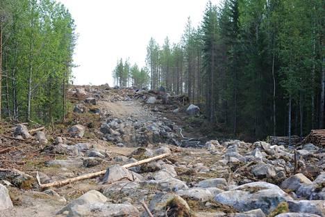 Paloalueella on runsaasti vaikeakulkuisia kivikoita.