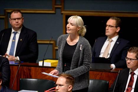 Laura Huhtasaaren (ps) kysymys YK:n siirtolaisuuspaperista aiheutti huvittuneisuutta eduskunnassa torstaina.