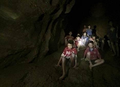 Thaimaan laivaston julkaisemalla videolla poikien nähdään istuvan luolassa.