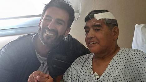 Lääkäri Leopoldo Luque (vas.) julkaisi yhteiskuvan itsestään ja potilaastaan Diego Maradonasta.