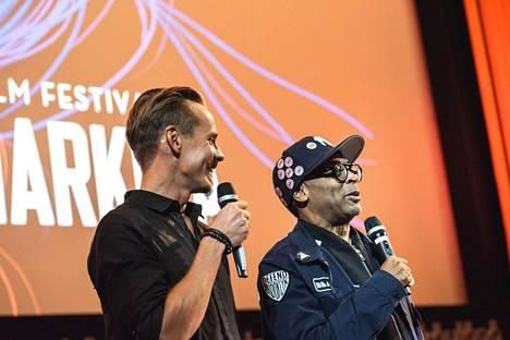Ennen Blackkklansman-elokuvan festivaalinäytöksen alkua Jasper Pääkkönen matki ohjaaja Spike Leen kiihtymistä ja naurua. Lee puolestaan tiedusteli Pääkköseltä, mitä muutama kirosana on suomeksi.