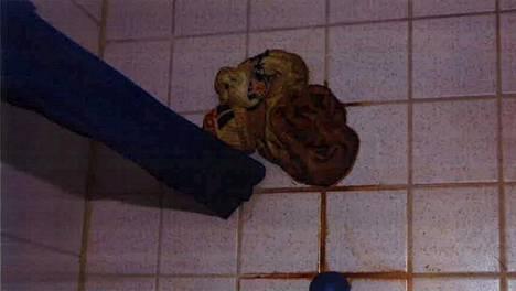 Tappaja jätti veriset sukkansa uhrin kylpyhuoneeseen.