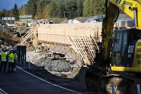 Väliaikainen silta on vaarassa romahtaa.