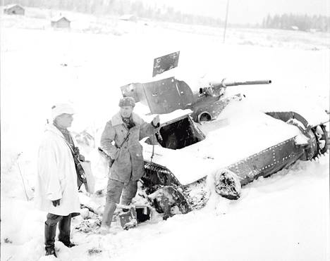 JR 34:n komentaja Wilhelm Teittinen (vas.) arvosti Juutilaisen rämäpäisyyttä. Kaksikko tarkastelee vallattua vihollisen hyökkäysvaunua Kollaalla. Juutilainen otti osaa itse vaunujen tuhoamiseen ja valoi esimerkillään rohkeutta miehiin.