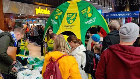 Teemu Pukin fanituotteet menivät kuin kuumille kiville Norwichin pop-up-kojulla Kampissa.