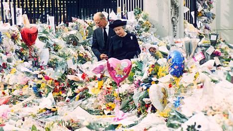Dianan kuolema kosketti lukemattomia ihmisiä ympäri maailmaa. Kuningatar Elisabet ja prinssi Philip hiljentyivät Buckinghamin palatsilla tutkimaan portille tuotuja kukkasia ja kirjeitä.
