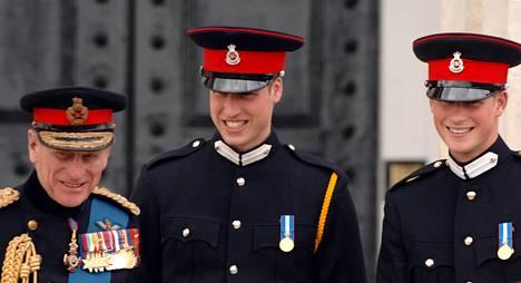 Kuninkaalliset veljekset isoisänsä kanssa vuonna 2008.