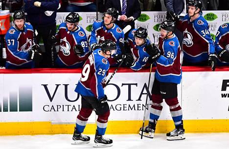 Coloradon Mikko Rantanen (nro 96) on NHL:n tehokkain suomalainen, mutta Rantasen pelit jatkuvat NHL:n pudotuspeleissä.