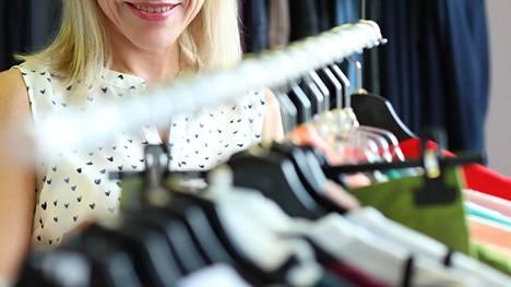 Käytetyistä vaatteista pääsee nykyisin eroon myös erilaisten nettikirppisten kautta. Kuvituskuva.