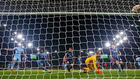 Nathan Ake (toinen vas.) viimeisteli Manchester Cityn ensimmäisen maalin ottelussa RB Leipzigiä vastaan. Vieraiden maalivahti Peter Gulacsi on voimaton.