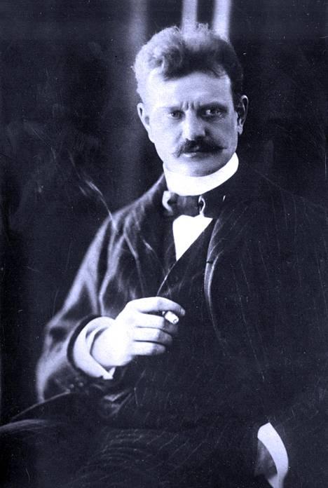 Jean Sibeliuksen sävellys Isänmaalle valmistui vuonna 1900. kappaleen mieskuorosovitus valmistui vuonna 1908.