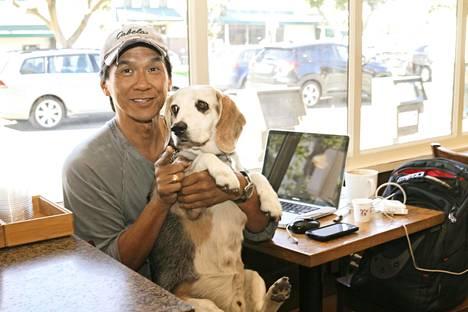Terry Dunn ja Obie-koira kahvilassa, jonka paikalla sijainneessa ravintolassa Nicole Brown Simpson illasti elämänsä viimeisenä iltana.