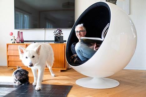 Talossa viihtyvät myös koirat Halle Berry ja Luuta.