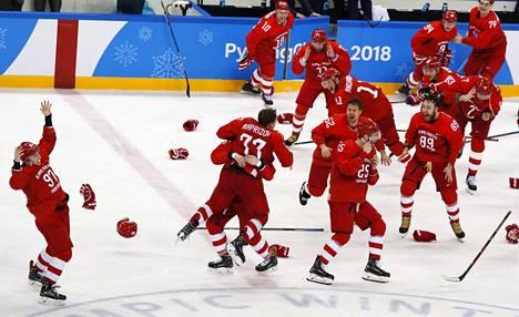 Venäläisten OAR-joukkue riensi jäälle juhlimaan 20-vuotiaan Kirill Kaprizovin (77) jatkoajalla tekemää voittomaalia.