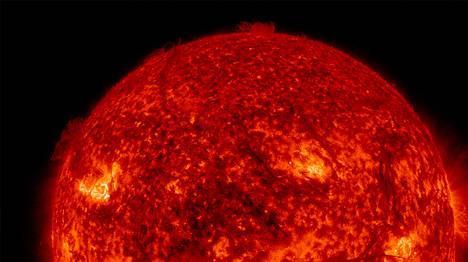 NASA:n satelliitin ottama kuva Auringosta. Täysimittainen kuva nähtävissä tekstin joukossa.