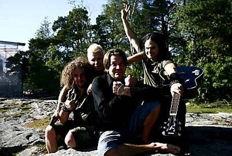 The Rasmuksen syyskuussa julkaistavan albumin on tuottanut Desmond Child.