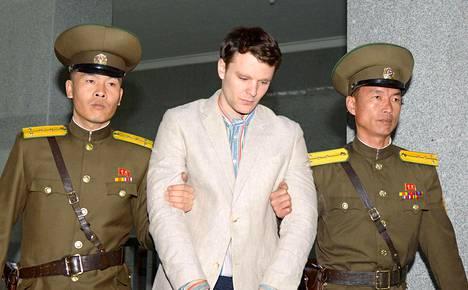 """Otto Warmbierin vanhempien mukaan nuorukainen palasi kotiin """"ihmisrauniona"""". Kuva hänen oikeudenkäynnistään Pjongjangissa maaliskuussa 2016."""