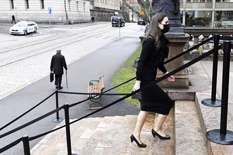 Pääministeri Sanna Marin (sd) marssi Säätytalolle puolen päivän jälkeen johtamaan pahasti kriisityneitä kehysriihineuvotteluita hallituspuolueiden viisikon kokoukseen.