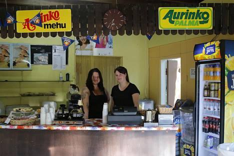 Kolmilammin lava on tunnettu leivonnaisistaan. Tiskin takana palvelivat Emmi (vas.) ja Jaana Eronen.