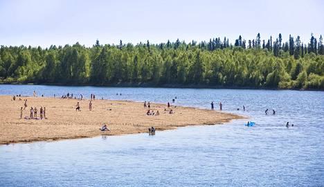 Hellepäivää vietettiin Ivalojoen rannalla vuonna 2013 näin eksoottisesti.