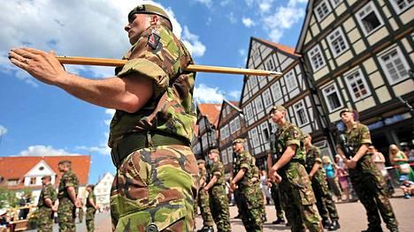 Britannian Royal Anglian -rykmentti paratiissa Cellen kaupungissa Saksassa.