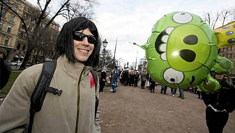 KJ oli iloinen Angry Birds -ilmapallostaan ja kertoi suunnistavansa baariin.