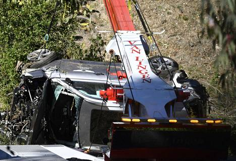 Woodsin auto nostettiin nosturilla pois tien reunalta.