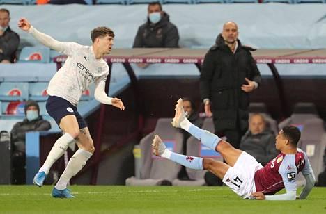Cityn toppari John Stones (vas.) sai punaisen kortin rumasta taklauksestaan Aston Villan Jacob Ramseyn polveen.